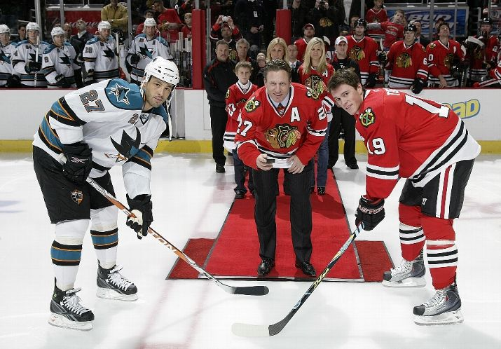 Jeremy Roenick drops the puck Sunday night.